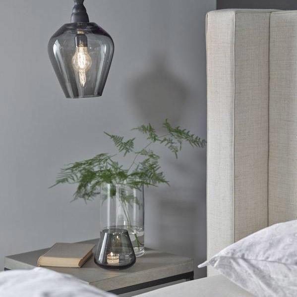 Nærbilde av et nøytralt soverom malt med signatur lys