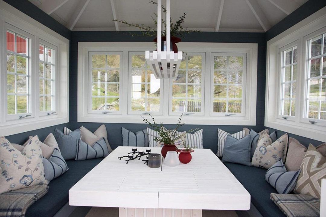 vinterhage med hvit bord og benker rundt