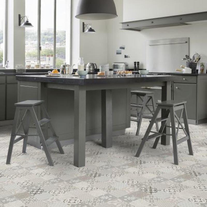 grått kjlkken med kjøkkenøy i midten