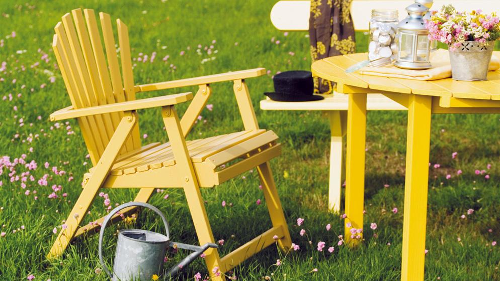 Nærbilde av nymalte hagemøbler i gult