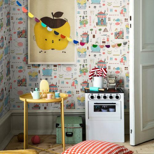 Et fargerikt og lekent barnerom med lekekomfyr og bord med kopper